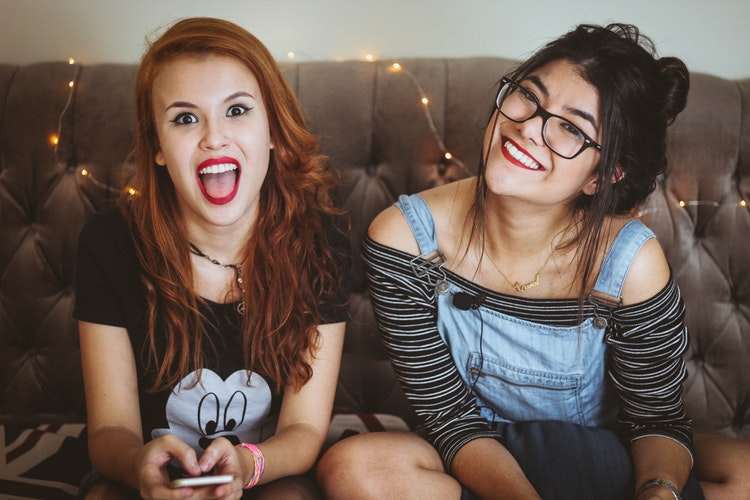 Ema (à droite) et Clémence (à gauche) deux stagiaires françaises faisant partie de la même colocation à Londres