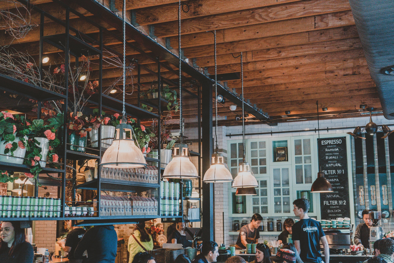 travailler dans des cafés ou restaurants permets de rencontre beaucoup de monde et d'avoir un expérience professionnelle solide