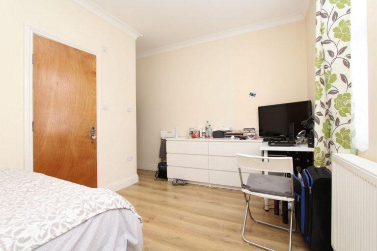 Chambre double avec télé à Wood Green en colocation