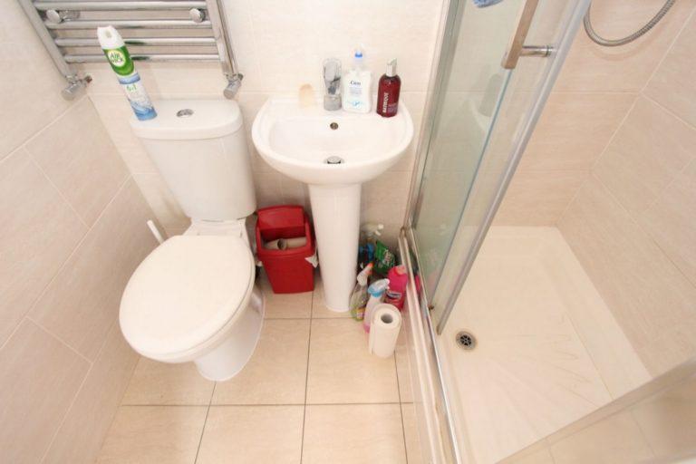 Salle de bain commune en colocation à Wood Green