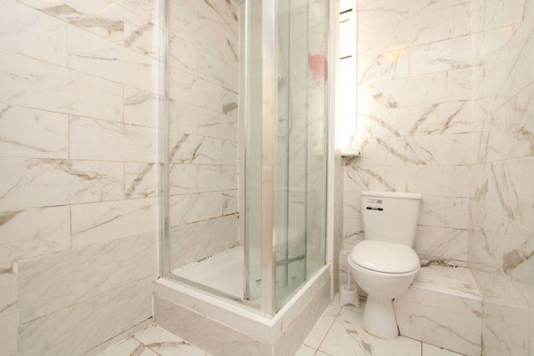 Salle de bain partagée à Manor