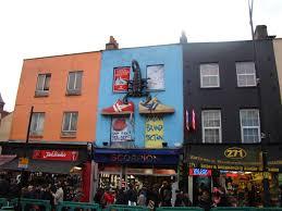 Les magasins de sneakers à Londres avec la façade impressionnante